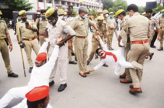 Police are trying to stop SP workers in Prayag Raj..Picture:INN