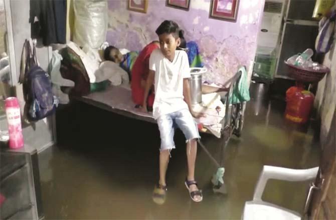 Water entered houses in Kalyan`s Waldhoni and Hanuman Nagar.Picture:Inquilab