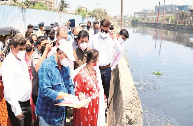 Mayor Kishori Padnikar inspecting the cleaning of drains with BMC officials,Picture:Inquilab