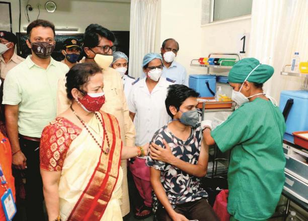 Mayor Kishori Padnikar inspecting a vaccination center.Picture:Midday
