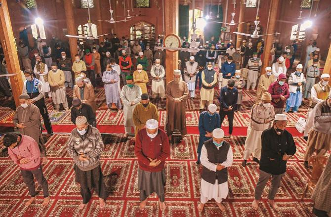 Double and increase the Fajr prayer in the middle of the Zuhr prayer this is the way of thanksgiving in Islam!. Picture :Agency