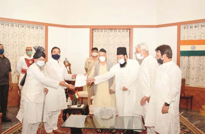 Muslim delegation handing over memorandum to Governor.Picture:Inquilab