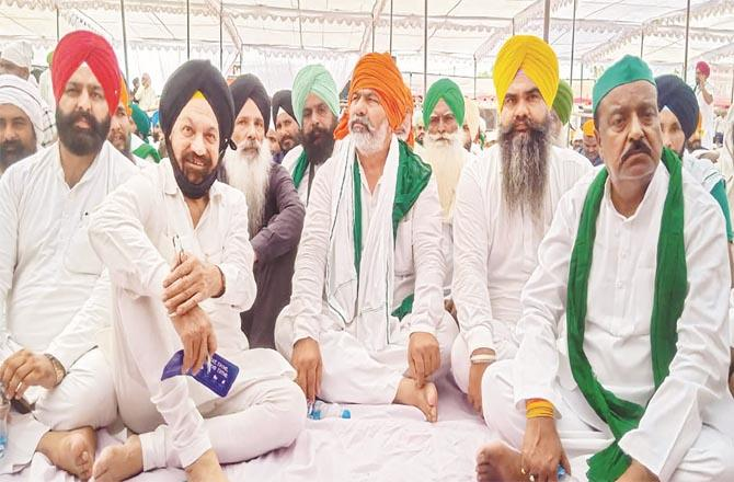 Rakesh Tikait and other farmer leaders on the occasion of the last rites of the slain farmers on October 5. (PTI)