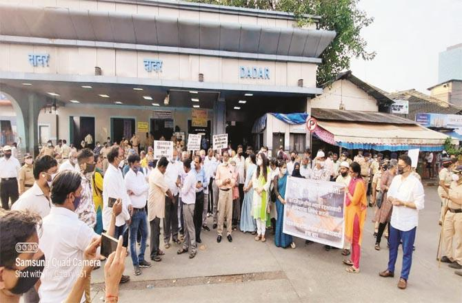 A protest was held outside Dadar railway station against the terrorist attack in Kashmir.Picture:Inquilab