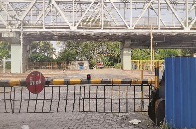 Level Crossing Gate No. 19 in Bandra has been closed due to which people are facing difficulties.Picture:Inquilab