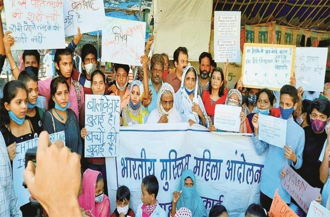 Volunteers, including a large number of women, protest for the protection of women in BandraPicture:Inquilab